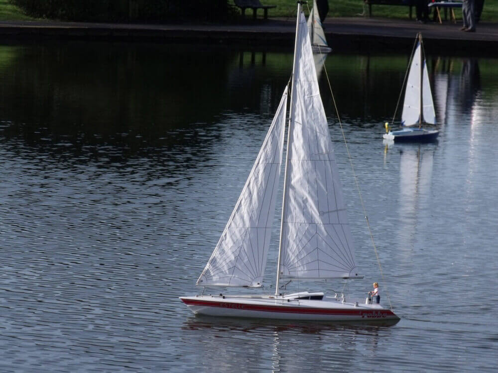 Sailing yacht using a small jib