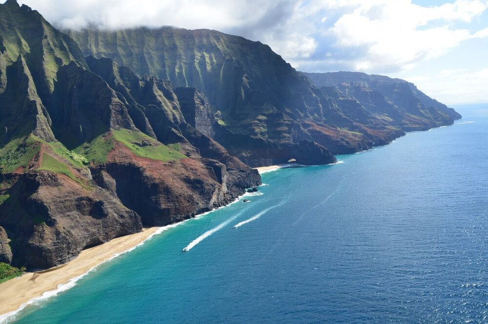 Hawaiian ocean with vulcanic mountains
