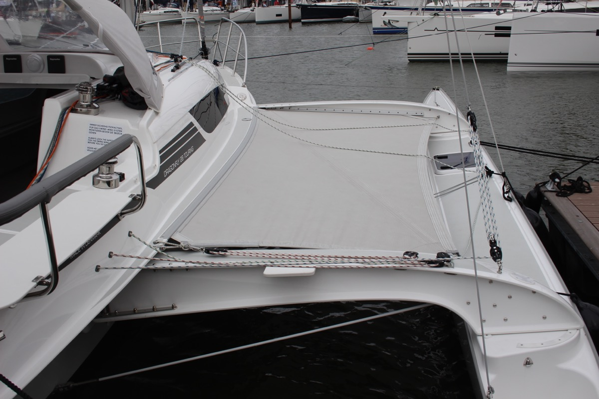 Extended trimaran hull